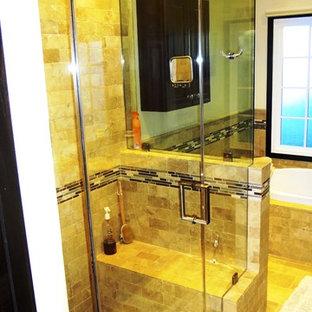 Idee per una grande sauna moderna con vasca ad angolo, doccia ad angolo, piastrelle beige, piastrelle in ceramica, pareti beige, pavimento con piastrelle in ceramica, pavimento beige e porta doccia a battente