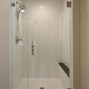 Modelo de cuarto de baño con ducha, tradicional, de tamaño medio, con armarios con paneles empotrados, puertas de armario blancas, bañera empotrada, ducha empotrada, baldosas y/o azulejos blancos, baldosas y/o azulejos de cemento, paredes grises, suelo de cemento, lavabo bajoencimera, encimera de cuarzo compacto, suelo gris y ducha con puerta con bisagras