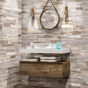 Idee per una sauna rustica di medie dimensioni con consolle stile comò, ante marroni, piastrelle marroni, piastrelle in gres porcellanato, pareti marroni, pavimento in gres porcellanato, lavabo a bacinella, top in marmo e pavimento marrone