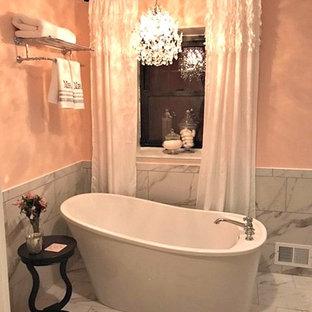 Kleines Shabby-Chic Badezimmer En Suite mit offenen Schränken, freistehender Badewanne, Eckdusche, weißen Fliesen, Steinfliesen, gelber Wandfarbe, Marmorboden, Sockelwaschbecken, Mineralwerkstoff-Waschtisch, weißem Boden und Falttür-Duschabtrennung in Sonstige