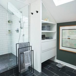 Свежая идея для дизайна: главная ванная комната среднего размера в стиле модернизм с плоскими фасадами, светлыми деревянными фасадами, накладной ванной, душевой комнатой, унитазом-моноблоком, зеленой плиткой, керамической плиткой, зелеными стенами, полом из сланца, монолитной раковиной, столешницей из искусственного камня, серым полом, открытым душем, белой столешницей, тумбой под две раковины, подвесной тумбой и балками на потолке - отличное фото интерьера