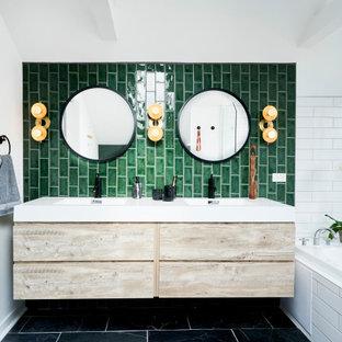 Modern inredning av ett mellanstort vit vitt en-suite badrum, med släta luckor, skåp i ljust trä, ett platsbyggt badkar, våtrum, en toalettstol med hel cisternkåpa, grön kakel, keramikplattor, gröna väggar, skiffergolv, ett integrerad handfat, bänkskiva i akrylsten, grått golv och med dusch som är öppen