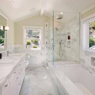 Стильный дизайн: главная ванная комната среднего размера в классическом стиле с врезной раковиной, белыми фасадами, полновстраиваемой ванной, угловым душем, белой плиткой, бежевыми стенами и нишей - последний тренд