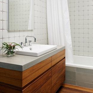 Imagen de cuarto de baño contemporáneo con encimera de cemento y ducha con cortina