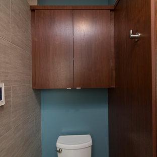 Mittelgroßes Retro Badezimmer En Suite mit flächenbündigen Schrankfronten, dunklen Holzschränken, offener Dusche, Wandtoilette mit Spülkasten, blauen Fliesen, Fliesen aus Glasscheiben, blauer Wandfarbe, Porzellan-Bodenfliesen, Unterbauwaschbecken, Recyclingglas-Waschtisch, grauem Boden, offener Dusche und grauer Waschtischplatte in Raleigh