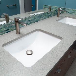 Свежая идея для дизайна: главная ванная комната среднего размера в стиле ретро с плоскими фасадами, темными деревянными фасадами, открытым душем, раздельным унитазом, синей плиткой, плиткой из листового стекла, синими стенами, полом из керамогранита, врезной раковиной, столешницей из переработанного стекла, серым полом, открытым душем и серой столешницей - отличное фото интерьера