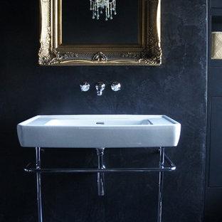 Exempel på ett mellanstort shabby chic-inspirerat badrum, med ett väggmonterat handfat, släta luckor, svarta skåp, ett badkar med tassar, en öppen dusch, en vägghängd toalettstol, svart kakel, svarta väggar och klinkergolv i porslin