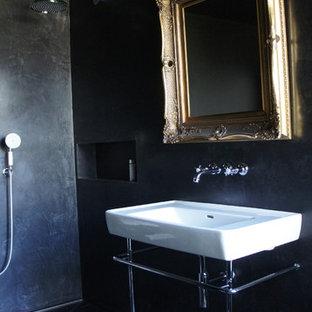 Foto de cuarto de baño infantil, romántico, de tamaño medio, con lavabo suspendido, armarios con paneles lisos, puertas de armario negras, bañera con patas, ducha abierta, sanitario de pared, baldosas y/o azulejos negros, paredes negras y suelo de baldosas de porcelana