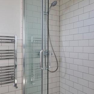 Inredning av ett modernt litet vit vitt en-suite badrum, med skåp i shakerstil, en öppen dusch, en toalettstol med hel cisternkåpa, vit kakel, keramikplattor, vita väggar, ett nedsänkt handfat, marmorbänkskiva, beiget golv och dusch med skjutdörr