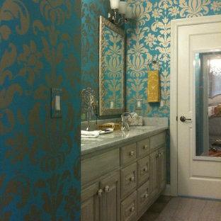 Foto di una stanza da bagno per bambini chic di medie dimensioni con ante con bugna sagomata, ante grigie, top in pietra calcarea, pareti blu, pavimento con piastrelle in ceramica e piastrelle beige