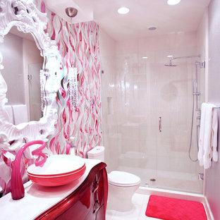 Großes Modernes Badezimmer mit Aufsatzwaschbecken, roten Schränken, Duschnische, weißen Fliesen, Marmor-Waschbecken/Waschtisch, Toilette mit Aufsatzspülkasten, Glasfliesen, bunten Wänden und Marmorboden in Austin