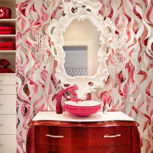 オースティンの大きいコンテンポラリースタイルのおしゃれな浴室 (ベッセル式洗面器、フラットパネル扉のキャビネット、白いキャビネット、大理石の洗面台、ピンクのタイル、ガラスタイル、マルチカラーの壁、大理石の床) の写真