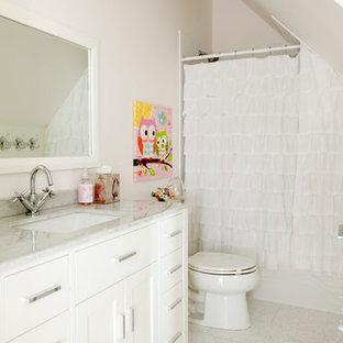 Imagen de cuarto de baño ecléctico con armarios estilo shaker, puertas de armario blancas, bañera empotrada, combinación de ducha y bañera, paredes blancas, suelo de corcho, lavabo bajoencimera, encimera de cuarcita, suelo blanco y ducha con cortina