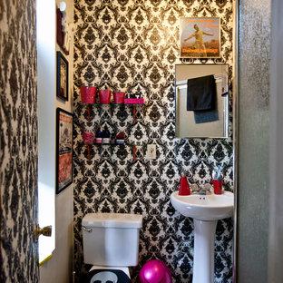 Ejemplo de cuarto de baño con ducha, ecléctico, pequeño, con lavabo con pedestal, baldosas y/o azulejos blancos, baldosas y/o azulejos de cerámica, paredes negras y suelo de baldosas de cerámica