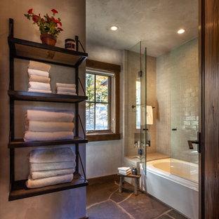 Foto de cuarto de baño con ducha, rústico, de tamaño medio, con bañera empotrada, combinación de ducha y bañera, baldosas y/o azulejos grises, paredes grises, suelo gris, suelo de pizarra y ducha con puerta con bisagras