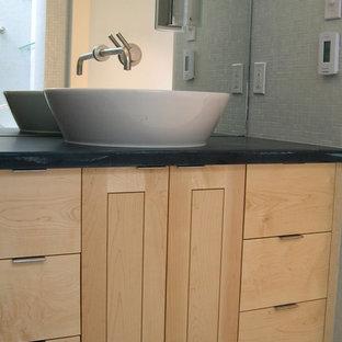 Idee per una grande stanza da bagno padronale moderna con lavabo a bacinella, ante in stile shaker, ante in legno chiaro, top in superficie solida, vasca sottopiano, doccia alcova, piastrelle blu, piastrelle di vetro, pareti bianche e pavimento con piastrelle a mosaico