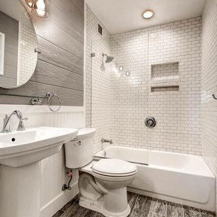 Kleines Landhausstil Badezimmer En Suite mit Badewanne in Nische, Duschbadewanne, Wandtoilette mit Spülkasten, grauen Fliesen, Porzellanfliesen, grauer Wandfarbe, Porzellan-Bodenfliesen, Sockelwaschbecken, grauem Boden und offener Dusche in Phoenix