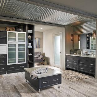 Новый формат декора квартиры: большая главная ванная комната в стиле лофт с фасадами в стиле шейкер, темными деревянными фасадами, душем в нише, серой плиткой, металлической плиткой, бежевыми стенами, светлым паркетным полом, врезной раковиной, столешницей из кварцита, бежевым полом, душем с распашными дверями и бежевой столешницей