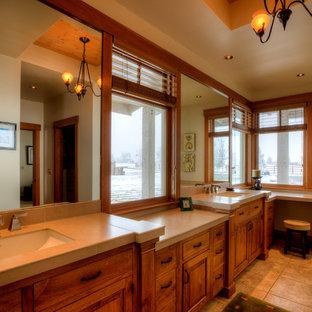 シアトルの大きいカントリー風おしゃれなマスターバスルーム (レイズドパネル扉のキャビネット、中間色木目調キャビネット、ベージュのタイル、磁器タイル、磁器タイルの床、アンダーカウンター洗面器、タイルの洗面台、ベージュの床、ベージュのカウンター) の写真