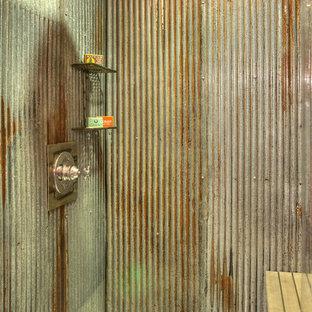 Imagen de cuarto de baño con ducha, rústico, de tamaño medio, con armarios con paneles lisos, puertas de armario de madera oscura, ducha esquinera, sanitario de dos piezas, baldosas y/o azulejos de metal, parades naranjas, suelo de baldosas de cerámica, lavabo tipo consola, suelo marrón, ducha con cortina y encimeras blancas