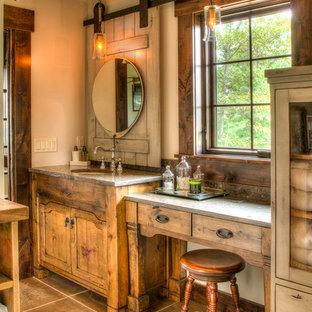 Idéer för att renovera ett mellanstort rustikt grå grått en-suite badrum, med släta luckor, skåp i mellenmörkt trä, en toalettstol med separat cisternkåpa, kakel i metall, beige väggar, klinkergolv i keramik, ett undermonterad handfat, granitbänkskiva och brunt golv