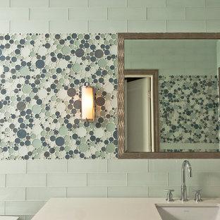 Imagen de cuarto de baño infantil, contemporáneo, pequeño, con lavabo bajoencimera, armarios tipo mueble, puertas de armario de madera oscura, encimera de mármol, bañera empotrada, sanitario de una pieza, baldosas y/o azulejos verdes, baldosas y/o azulejos en mosaico, paredes verdes y suelo con mosaicos de baldosas