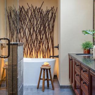 Foto di una stanza da bagno padronale stile rurale di medie dimensioni con ante in legno bruno, vasca freestanding, doccia ad angolo, piastrelle in ardesia, pareti beige, pavimento in ardesia, lavabo sottopiano, top in granito, pavimento grigio, porta doccia a battente e top blu
