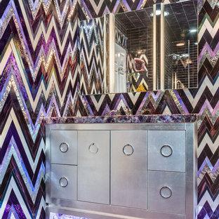Diseño de cuarto de baño infantil, ecléctico, con armarios tipo vitrina, baldosas y/o azulejos multicolor, baldosas y/o azulejos de vidrio, paredes multicolor, lavabo tipo consola y suelo violeta