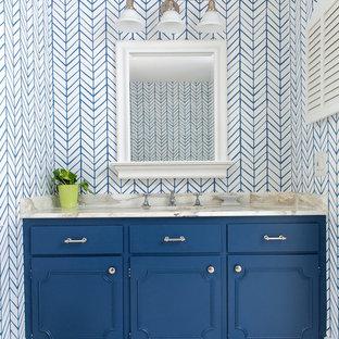 Diseño de cuarto de baño clásico renovado con puertas de armario azules, paredes multicolor, lavabo bajoencimera y suelo beige