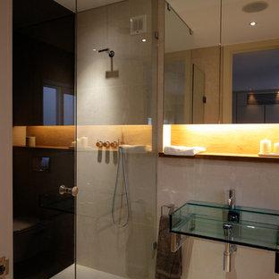 Diseño de cuarto de baño principal, contemporáneo, pequeño, con lavabo suspendido, armarios tipo vitrina, encimera de madera, ducha a ras de suelo, sanitario de pared, baldosas y/o azulejos beige y baldosas y/o azulejos de piedra