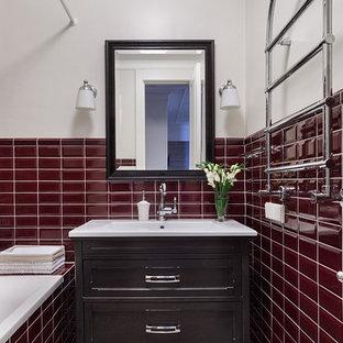 Стильный дизайн: главная ванная комната в современном стиле с фасадами с утопленной филенкой, коричневыми фасадами, красной плиткой, белыми стенами, монолитной раковиной и разноцветным полом - последний тренд