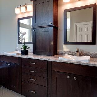 Idéer för ett modernt blå badrum, med ett platsbyggt badkar och granitbänkskiva