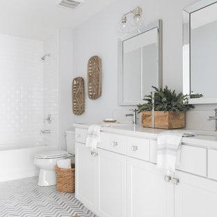 Ispirazione per una stanza da bagno con doccia country con ante in stile shaker, ante bianche, vasca ad alcova, vasca/doccia, WC a due pezzi, piastrelle bianche, piastrelle diamantate, pareti grigie, lavabo sottopiano e pavimento grigio