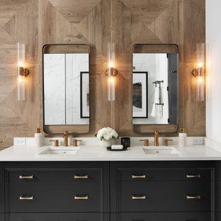 Idée de décoration pour une grand salle de bain principale tradition avec des portes de placard noires, un carrelage marron, un plan de toilette en quartz modifié, un sol blanc, un plan de toilette blanc, un placard avec porte à panneau encastré, un carrelage imitation parquet, un lavabo encastré, meuble double vasque et meuble-lavabo sur pied.