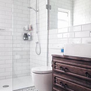 Foto di una stanza da bagno minimal con ante marroni, doccia aperta, WC monopezzo, piastrelle bianche, piastrelle in ceramica, pareti bianche, pavimento multicolore, doccia aperta e pavimento alla veneziana