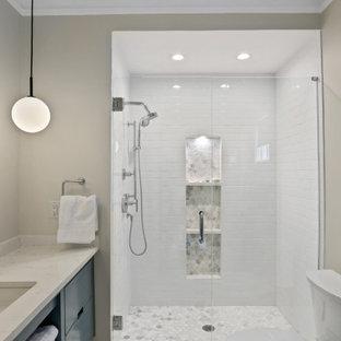 Exempel på ett litet modernt vit vitt badrum med dusch, med släta luckor, turkosa skåp, en öppen dusch, vit kakel, tunnelbanekakel, beige väggar, klinkergolv i keramik, granitbänkskiva, vitt golv, dusch med gångjärnsdörr och ett undermonterad handfat