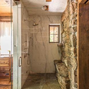 Imagen de cuarto de baño principal, rural, con baldosas y/o azulejos de mármol y ducha con puerta con bisagras