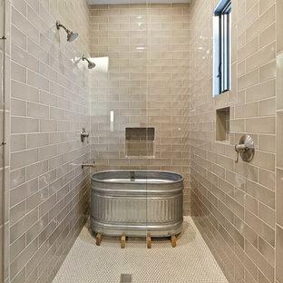 Modelo de cuarto de baño principal, rural, extra grande, con bañera exenta, ducha con puerta con bisagras, ducha doble, baldosas y/o azulejos beige, baldosas y/o azulejos de cemento y suelo beige