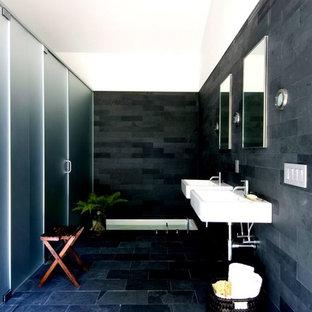 Imagen de cuarto de baño actual con lavabo suspendido, paredes negras, suelo de pizarra y baldosas y/o azulejos de pizarra