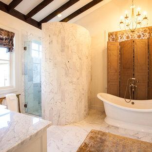 Imagen de cuarto de baño de estilo de casa de campo con lavabo bajoencimera y bañera exenta