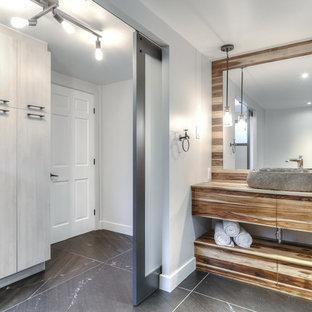 Ispirazione per una grande stanza da bagno padronale bohémian con ante lisce, ante in legno scuro, piastrelle nere, piastrelle in ardesia, pavimento in ardesia, top in legno e pavimento nero