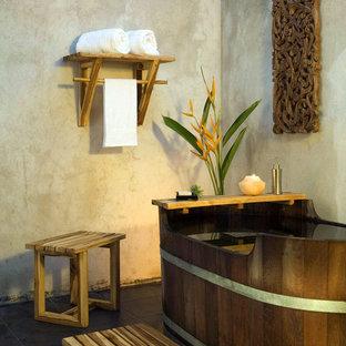 Foto de cuarto de baño con ducha, asiático, pequeño, con bañera exenta, ducha esquinera, baldosas y/o azulejos beige, paredes beige y suelo de baldosas de terracota