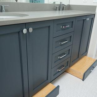 Idéer för små vintage badrum för barn, med skåp i shakerstil, blå skåp, en dusch i en alkov, en toalettstol med separat cisternkåpa, grå kakel, keramikplattor, grå väggar, klinkergolv i keramik, ett undermonterad handfat, bänkskiva i kvarts, vitt golv och dusch med gångjärnsdörr