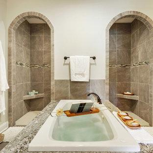 Modelo de cuarto de baño principal, clásico, con bañera encastrada, ducha empotrada, baldosas y/o azulejos grises, paredes grises y ducha abierta