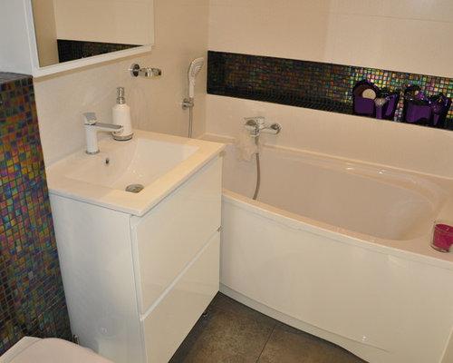 salle de bain avec un lavabo int gr et une baignoire d 39 angle photos et id es d co de salles. Black Bedroom Furniture Sets. Home Design Ideas