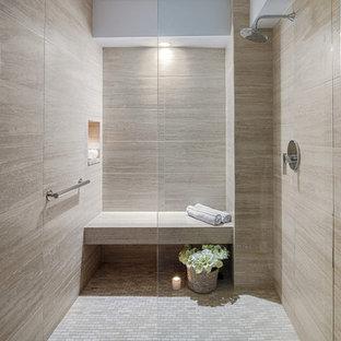 На фото: главная ванная комната среднего размера в современном стиле с душевой комнатой, бежевой плиткой, керамогранитной плиткой, бежевыми стенами, полом из керамической плитки, бежевым полом и душем с распашными дверями