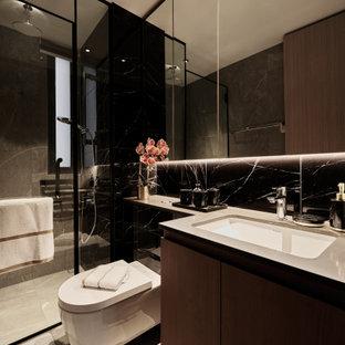 Immagine di una stanza da bagno con doccia contemporanea di medie dimensioni con ante lisce, ante marroni, doccia alcova, WC sospeso, piastrelle nere, lavabo sottopiano, pavimento grigio e top grigio