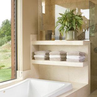 Foto di una grande stanza da bagno contemporanea con vasca da incasso, doccia ad angolo, piastrelle beige, top in travertino, pareti beige e pavimento in travertino