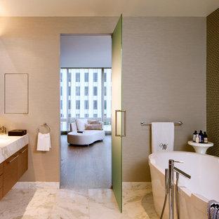 Idéer för att renovera ett stort funkis en-suite badrum, med släta luckor, ett fristående badkar, en hörndusch, en toalettstol med hel cisternkåpa, grön kakel, glaskakel, marmorgolv, ett undermonterad handfat, marmorbänkskiva, beige väggar och skåp i mellenmörkt trä