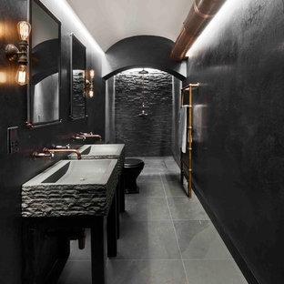 Idee per una stanza da bagno per bambini industriale con zona vasca/doccia separata, WC a due pezzi, piastrelle nere, piastrelle in ardesia, pareti nere, pavimento in ardesia, lavabo a colonna, pavimento nero e doccia aperta